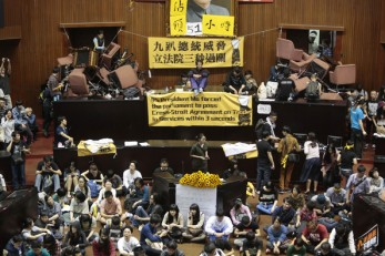 Taiwan-Sunflower-Revolt-holding-legislature