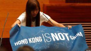 161012055857_cn_hongkong_legco_oath_02_976x549_reuters